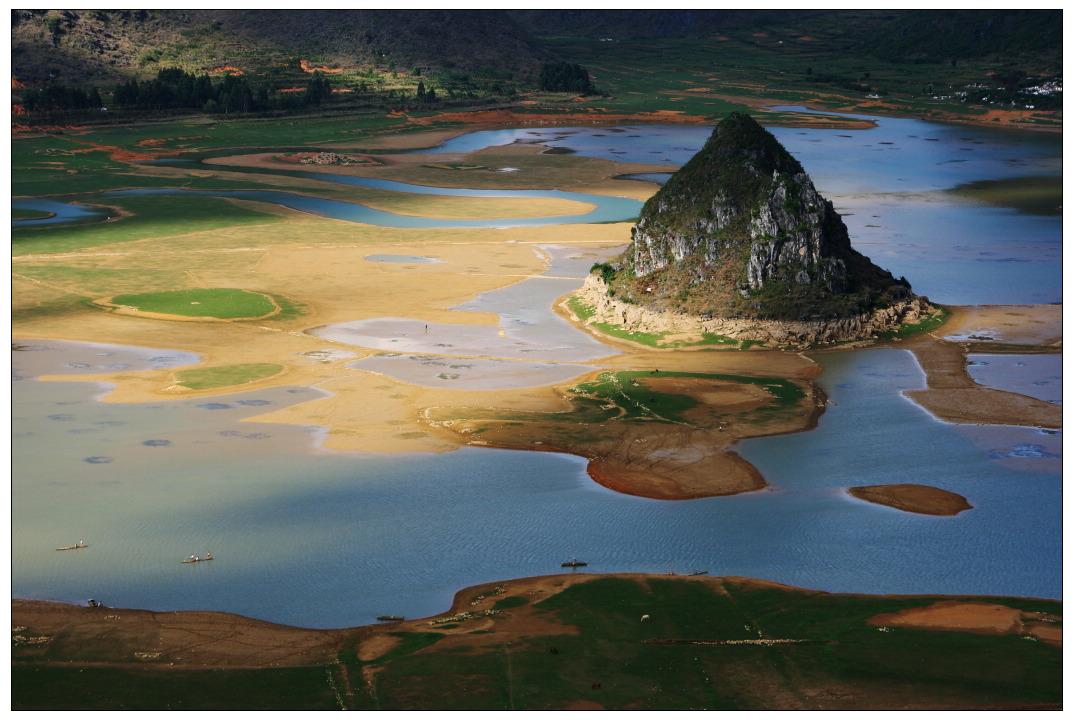 渠洋湖是一个大型的喀斯特高原湖泊水库。位于靖西县城西北方向28公里处,总面积为2469.9公顷,总库容量为9200万立方米,其中湖面宽为15540亩,湖长为15公里,最宽处有1公里,是百色市的第二大人工湖。水质优良,有大小岛屿十多个,沿岸有海拔一千多米的岜行山,以及掩映在绿树翠竹当中的几百个壮族干栏式村寨。
