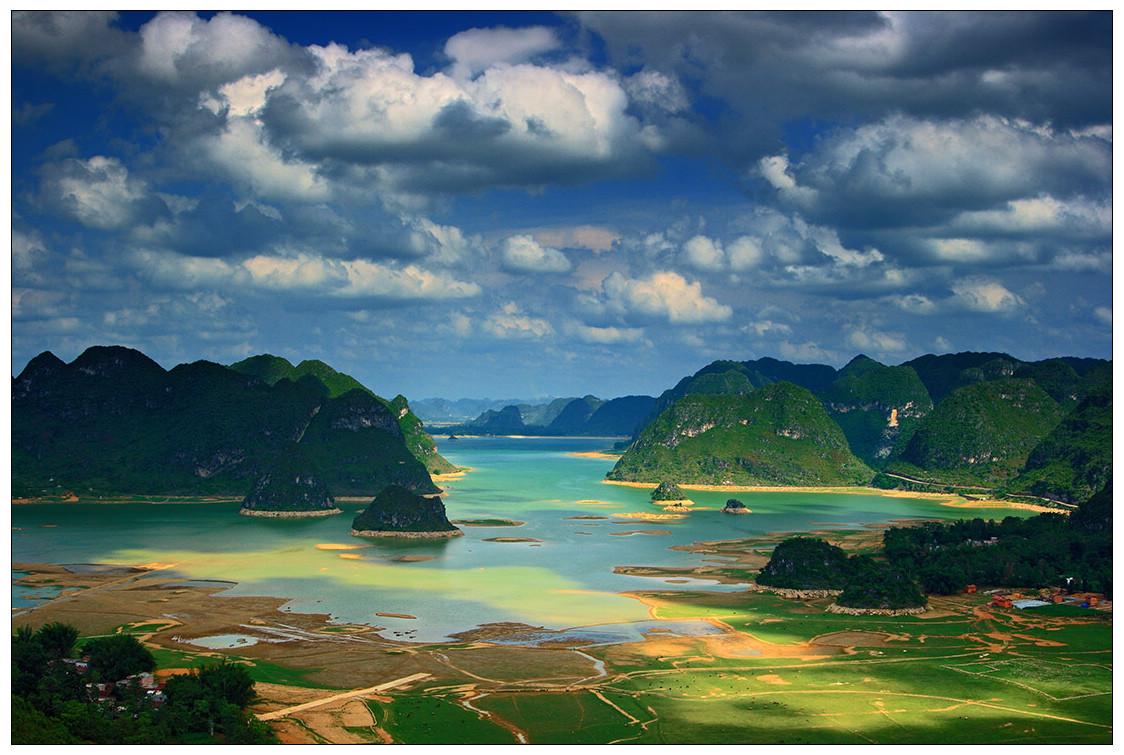 渠洋湖是一个大型的喀斯特高原湖泊水库。位于靖西县城西北方向28公里处,总面积为2469.9公顷,总库容量为9200万立方米,其中湖面宽为15540亩,湖长为15公里,最宽处有1公里,是百色市的第二大人工湖。水质优良,有大小岛屿十多个,沿岸有海拔一千多米的岜行山,以及掩映在绿树翠竹当中的几百个壮族干栏式村寨。       站在湖中,只能隐约看到东西两边的部份景色,你要一睹整个湖的全貌,就得泛舟北上,用四五个小时水程,置身其中,慢慢领略,或沿着湖边公路北上15公里走马观花方可如愿。凡是见过渠洋湖的人